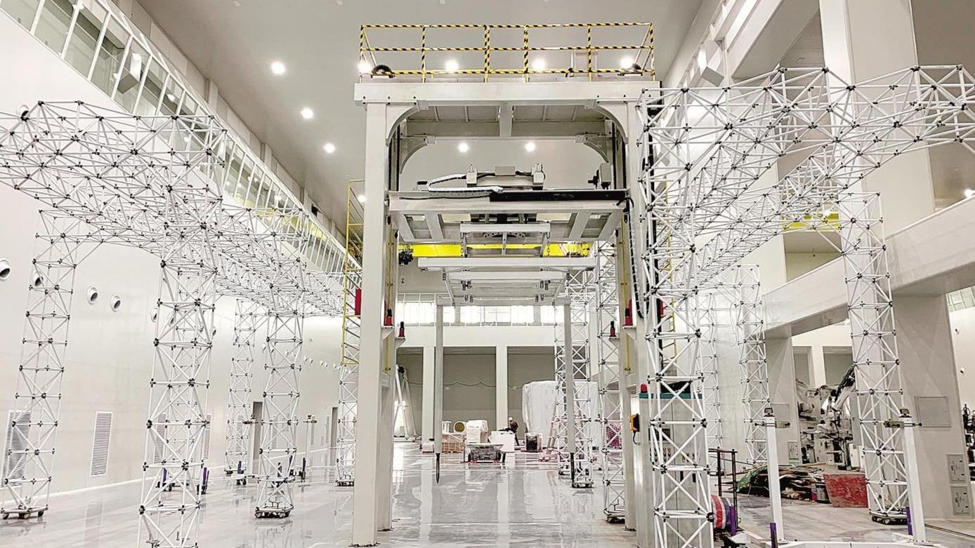 我国首条卫星智能生产线在汉试运行