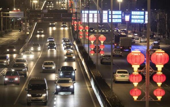 喜庆!武汉街头点亮红灯笼