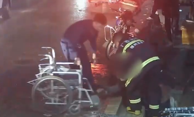 轮椅男子让道消防车摔倒消防员扶起