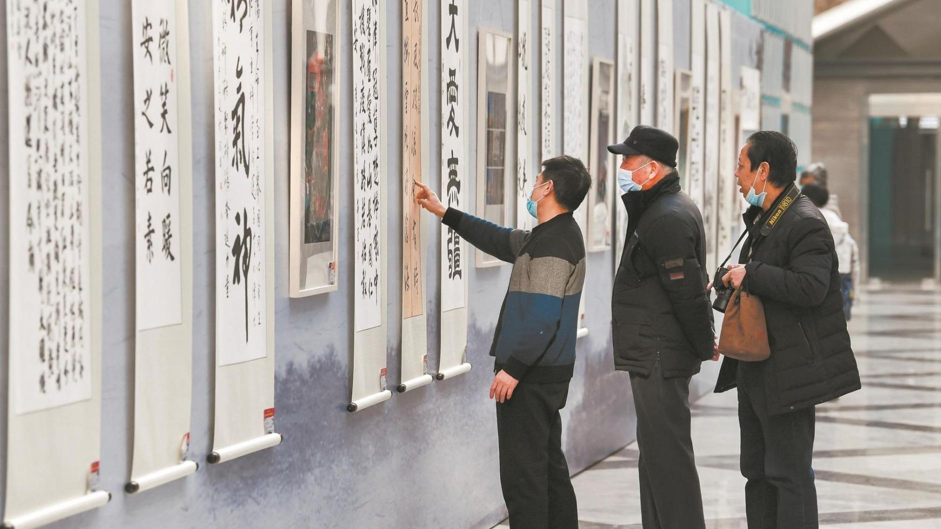 """""""同心抗疫""""书画摄影展在武汉举办"""