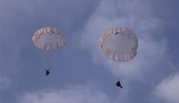天女散花!空降兵某旅新训女兵圆满完成跳伞训练