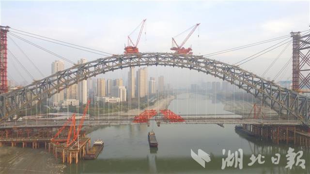 武漢漢江灣橋主橋橋面貫通 五一前通車