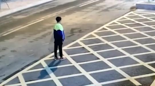 辅导作业太生气 妈妈凌晨把儿子扔公安局门口罚站
