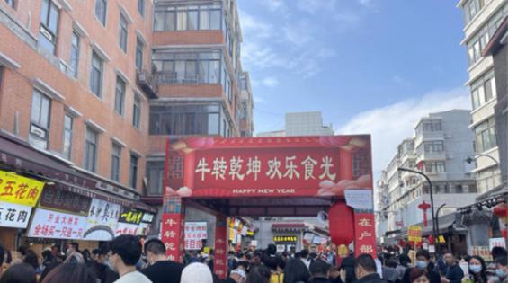 """""""就地过年""""吃在武昌户部巷    年货节受游客欢迎"""