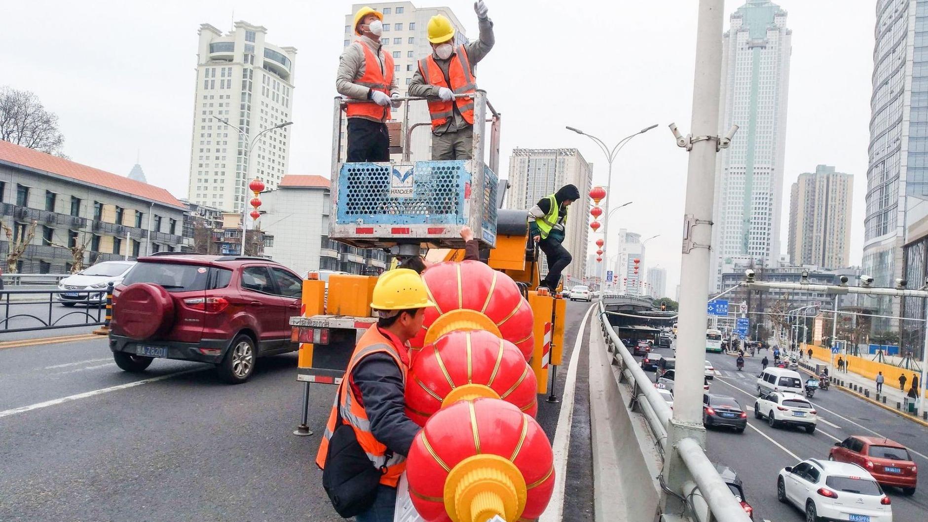 武汉街头3万多组红灯笼入库