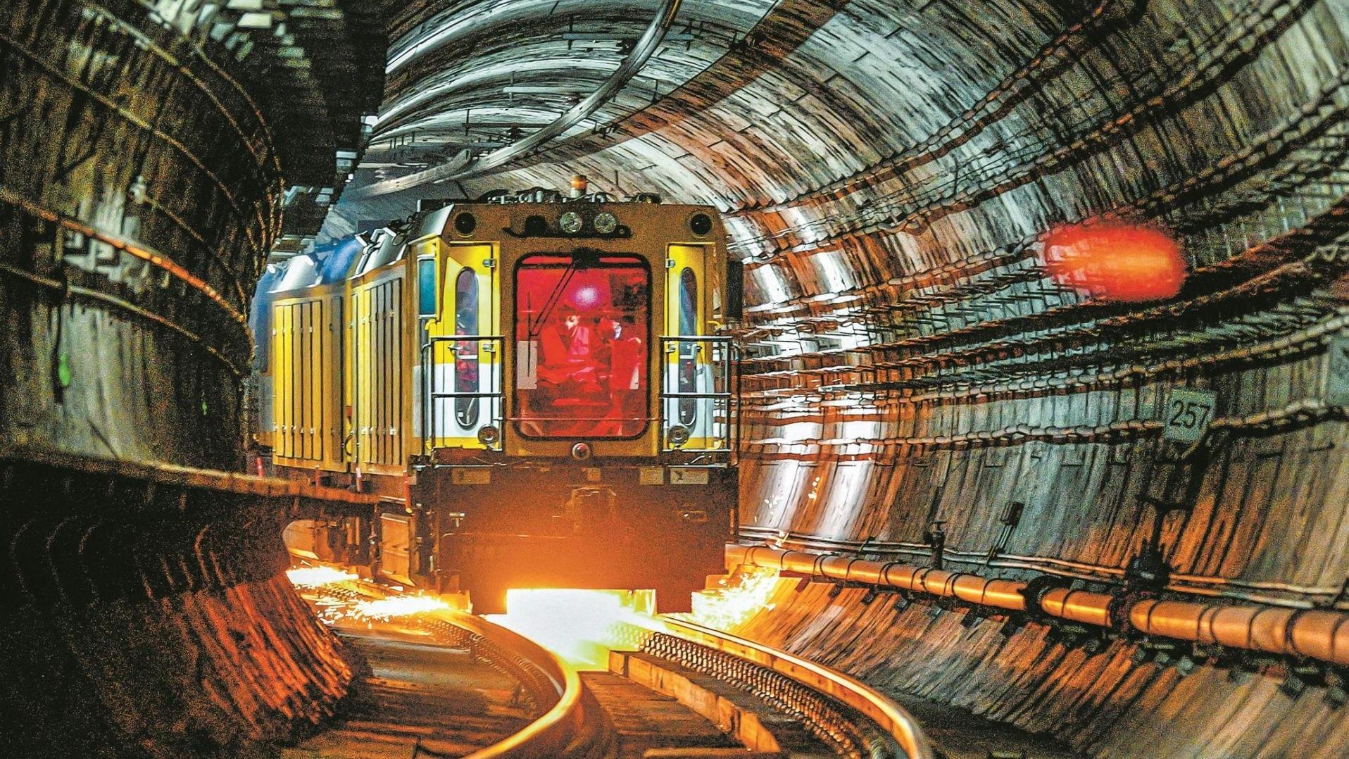 【光影】地铁钢轨整形师 打磨静夜好时光