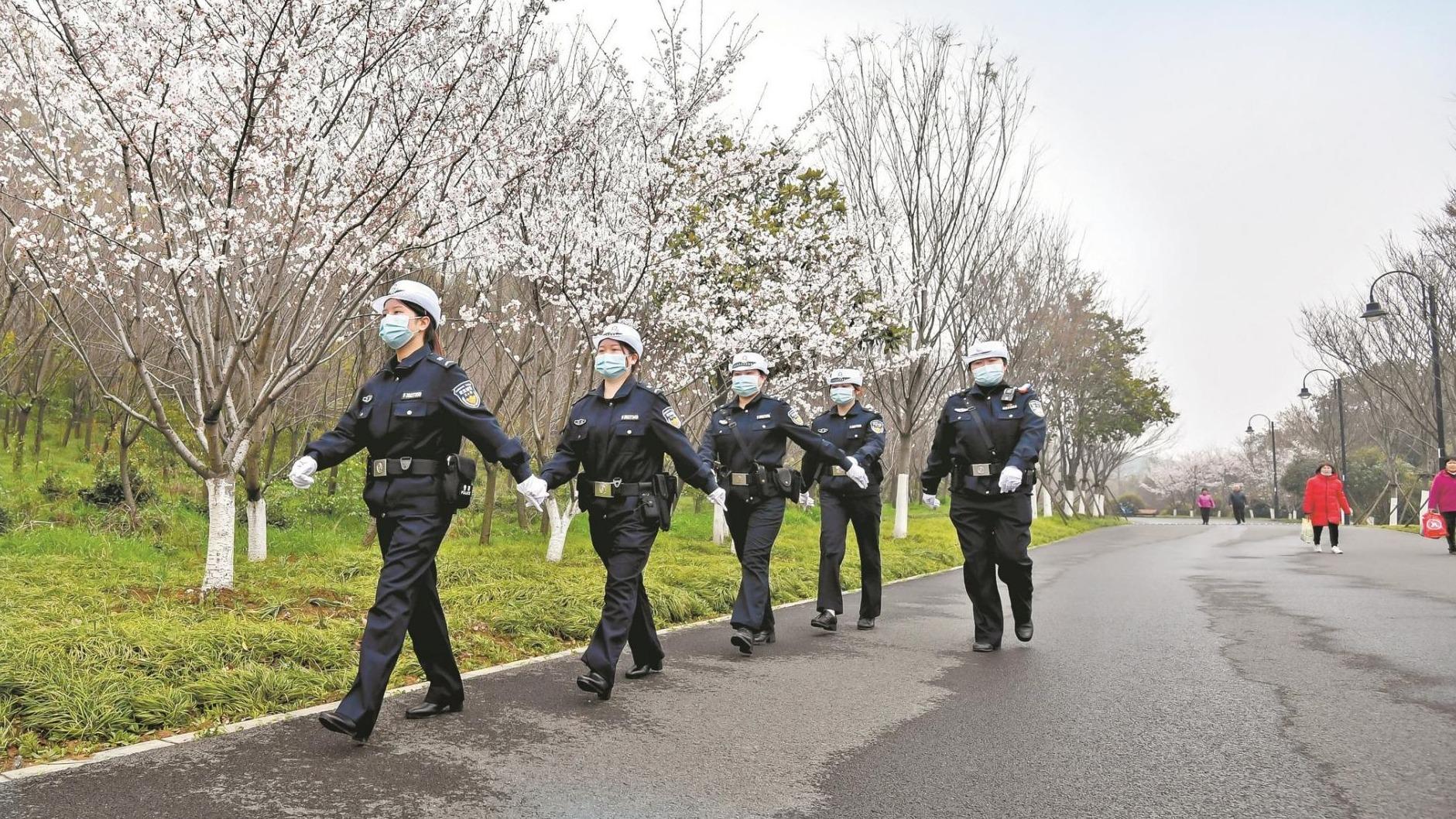 樱花下有警花  首支女警交巡服务队亮相东湖畔