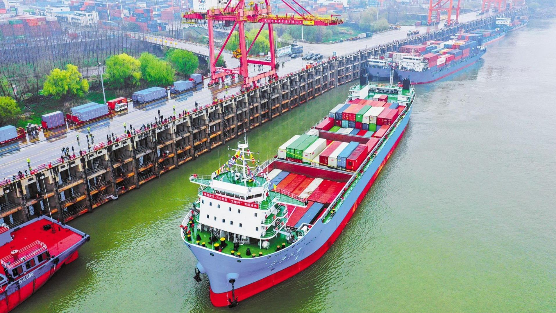 我国内河最大集装箱船在汉首航