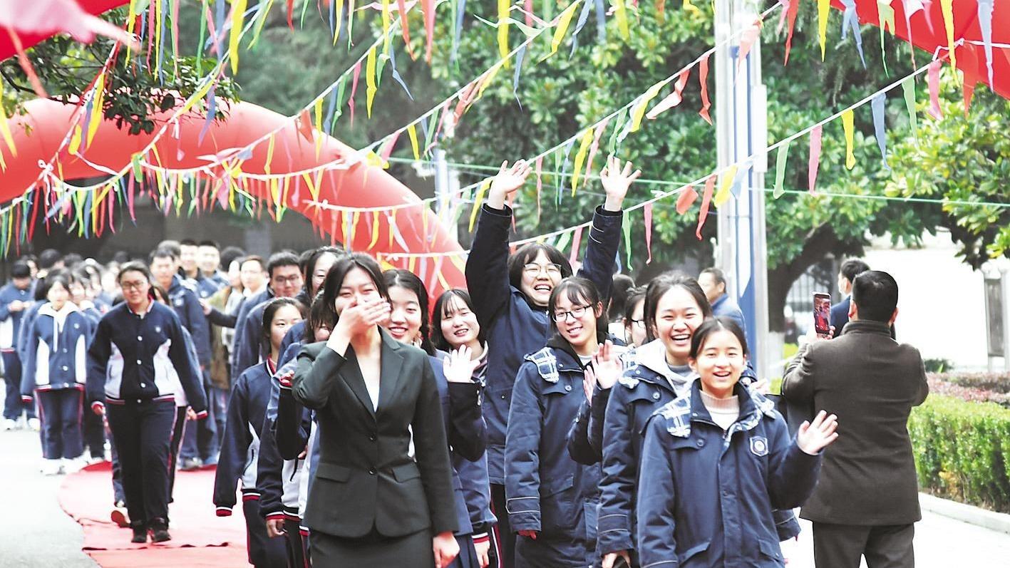 武汉东湖中学为高三学子举行成人礼