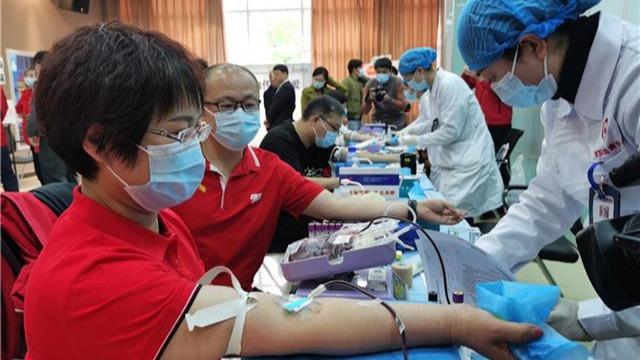 内蒙古援鄂医疗队员集体献血