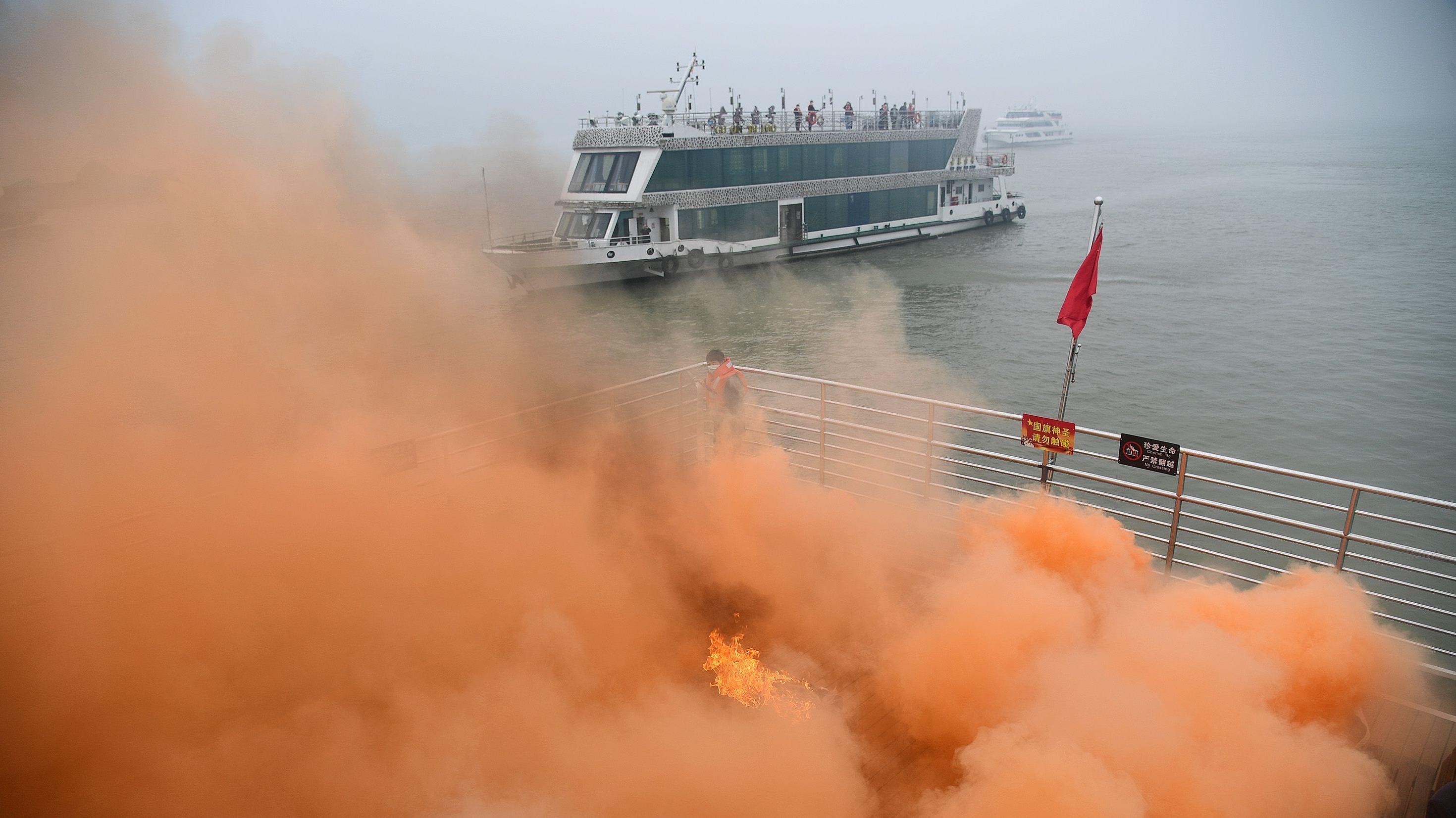 长江武汉段水域上演船舶消防联合演习