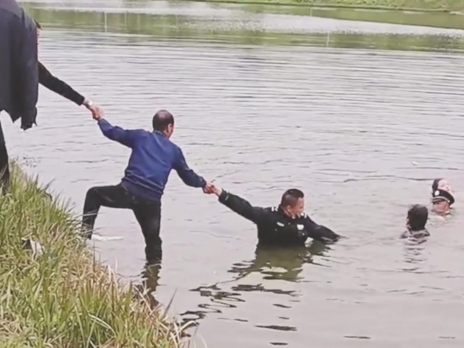 保安与游客拉人链救起跳塘女子