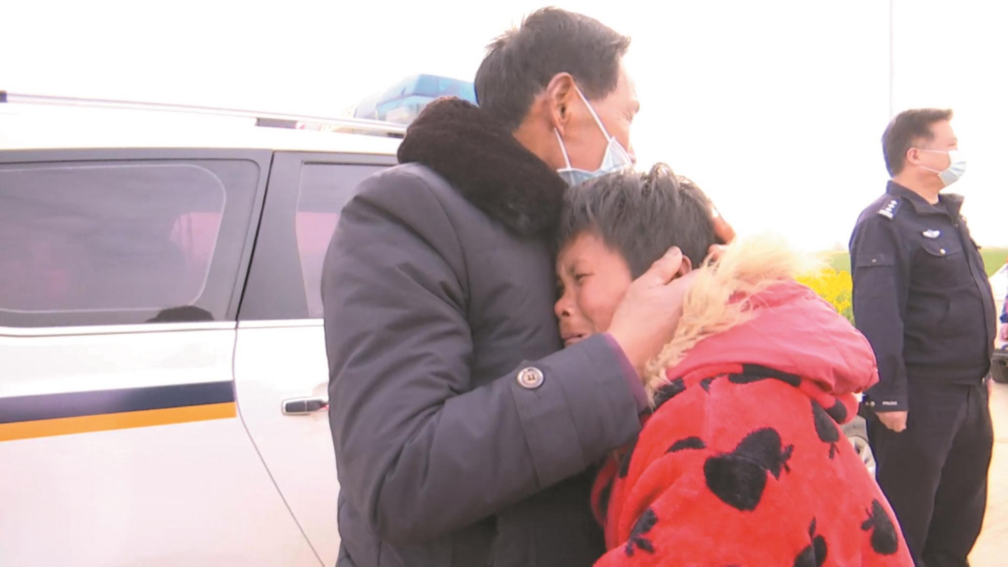 民警带老人赴千里外找到失联17年的女儿