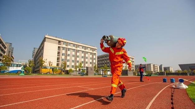 襄阳:体能对抗 锻造消防尖兵