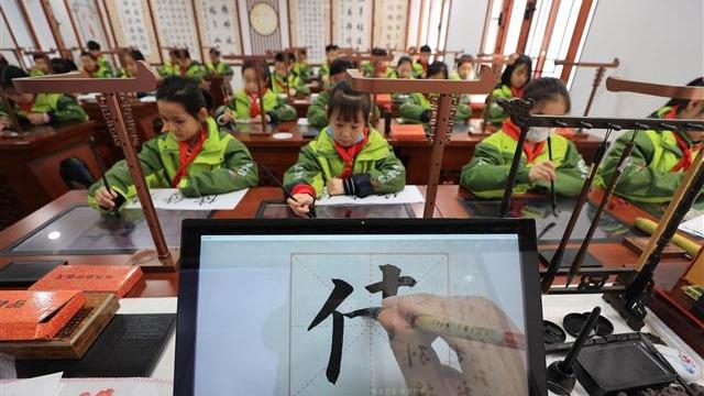 """襄阳小学生""""电脑""""上练书法"""