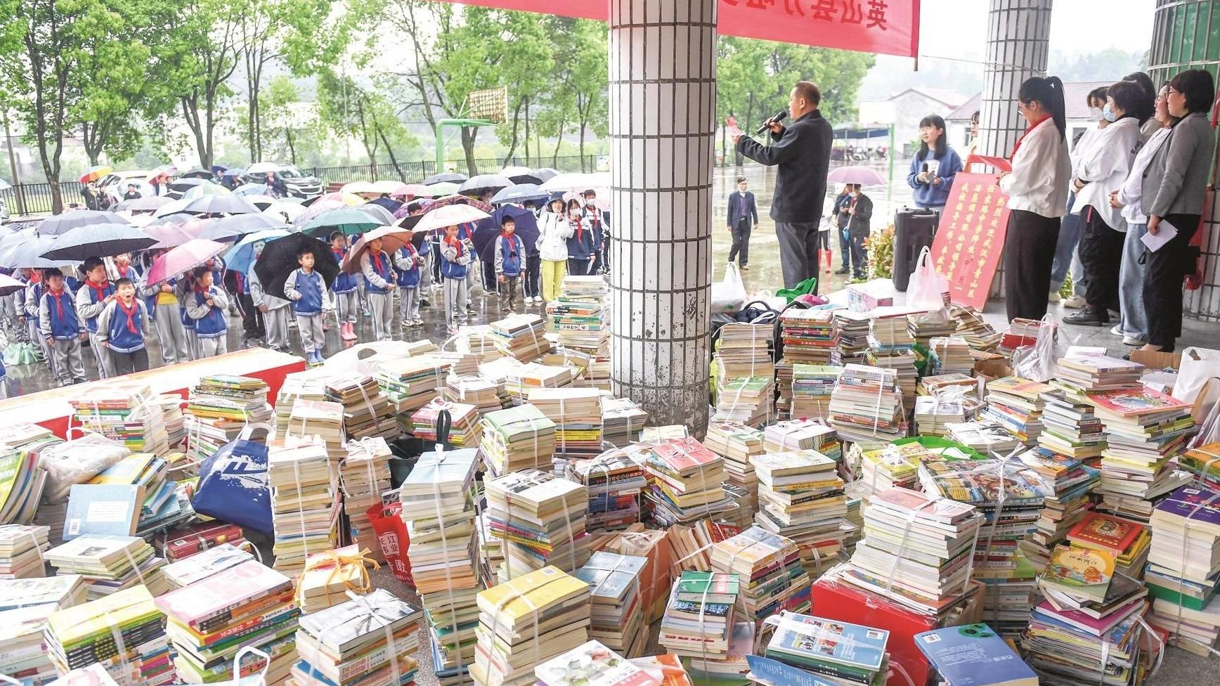 汶川向英山一学校捐赠2000余册图书