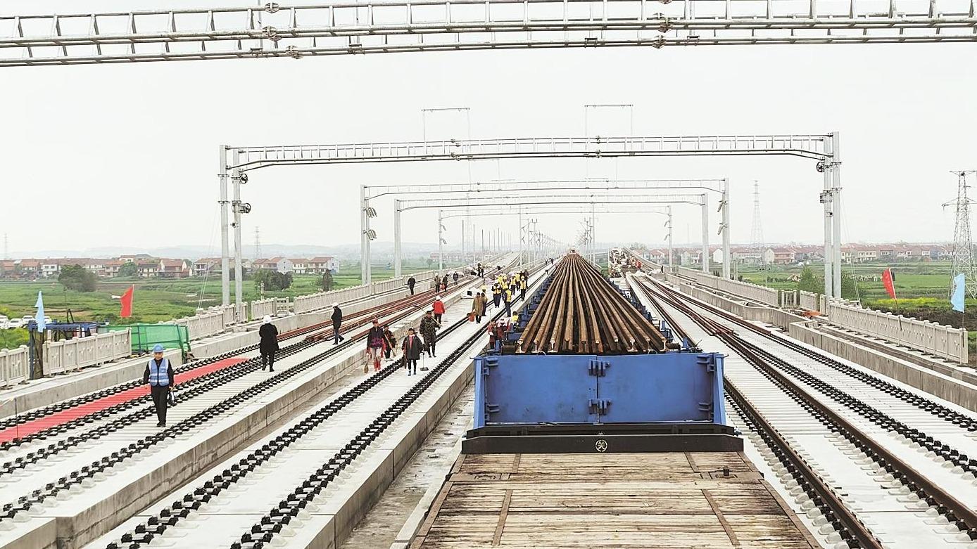 安九高铁湖北段正式铺轨