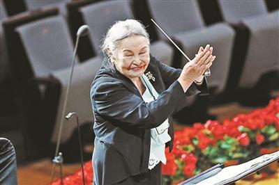"""91岁的""""无条件祖母""""郑小英将回到舞台上指挥《回忆土楼》"""