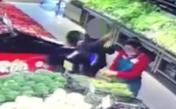 理货员提醒顾客不能剥菜叶遭抽打