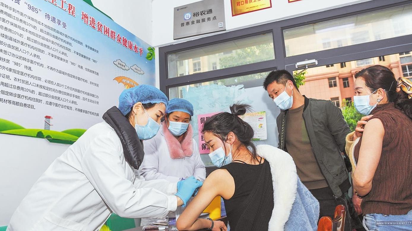 洪湖上岸渔民接种新冠疫苗