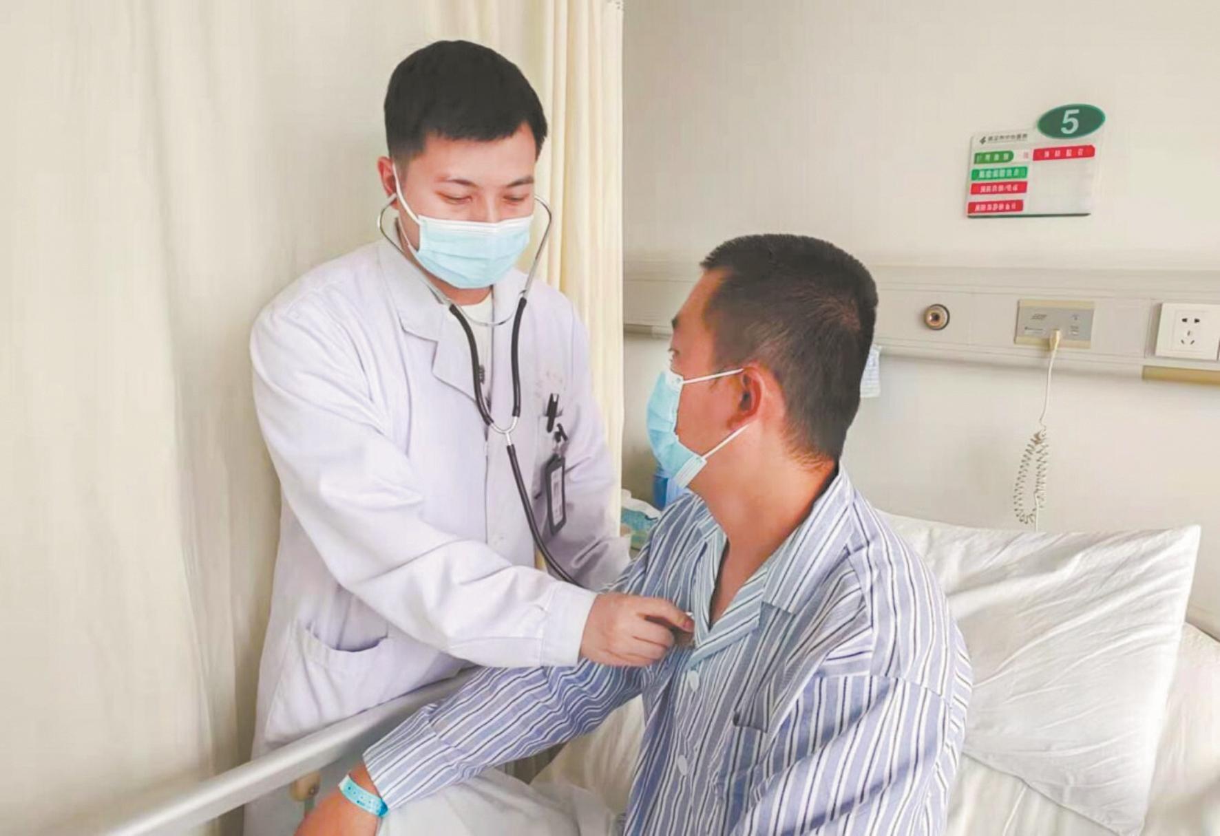 乘客高空中突发气胸病  飞机备降武汉及时送医救治