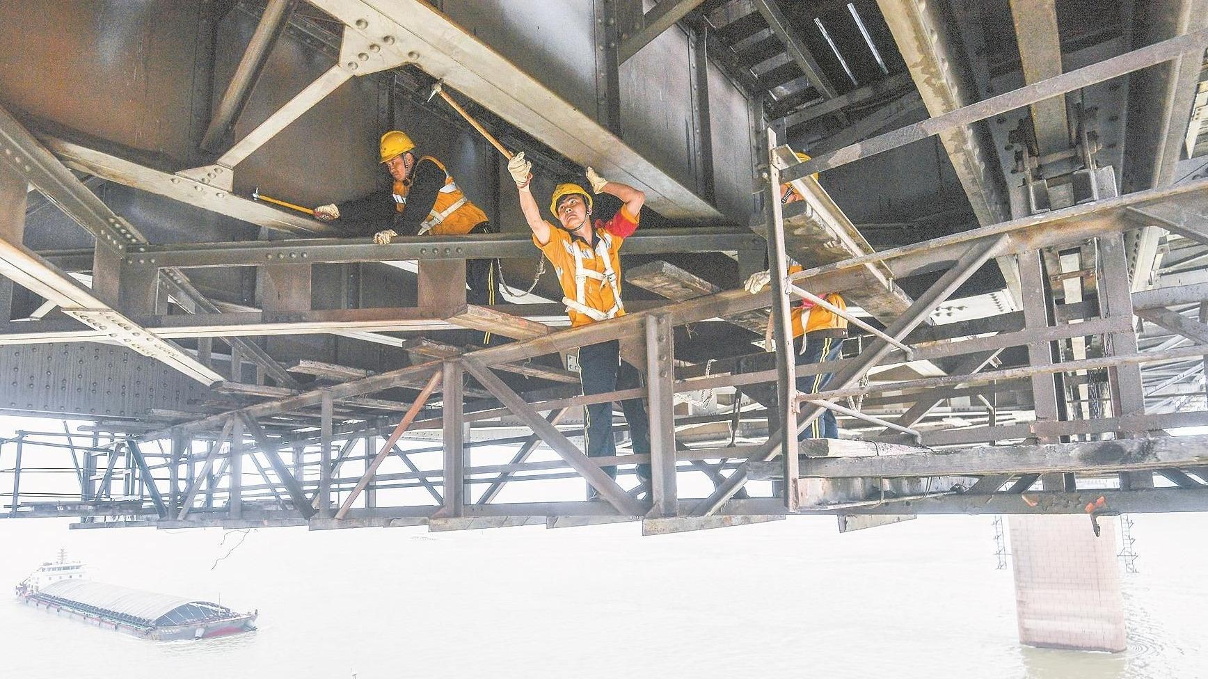 养桥工悬身为武汉长江大桥体检