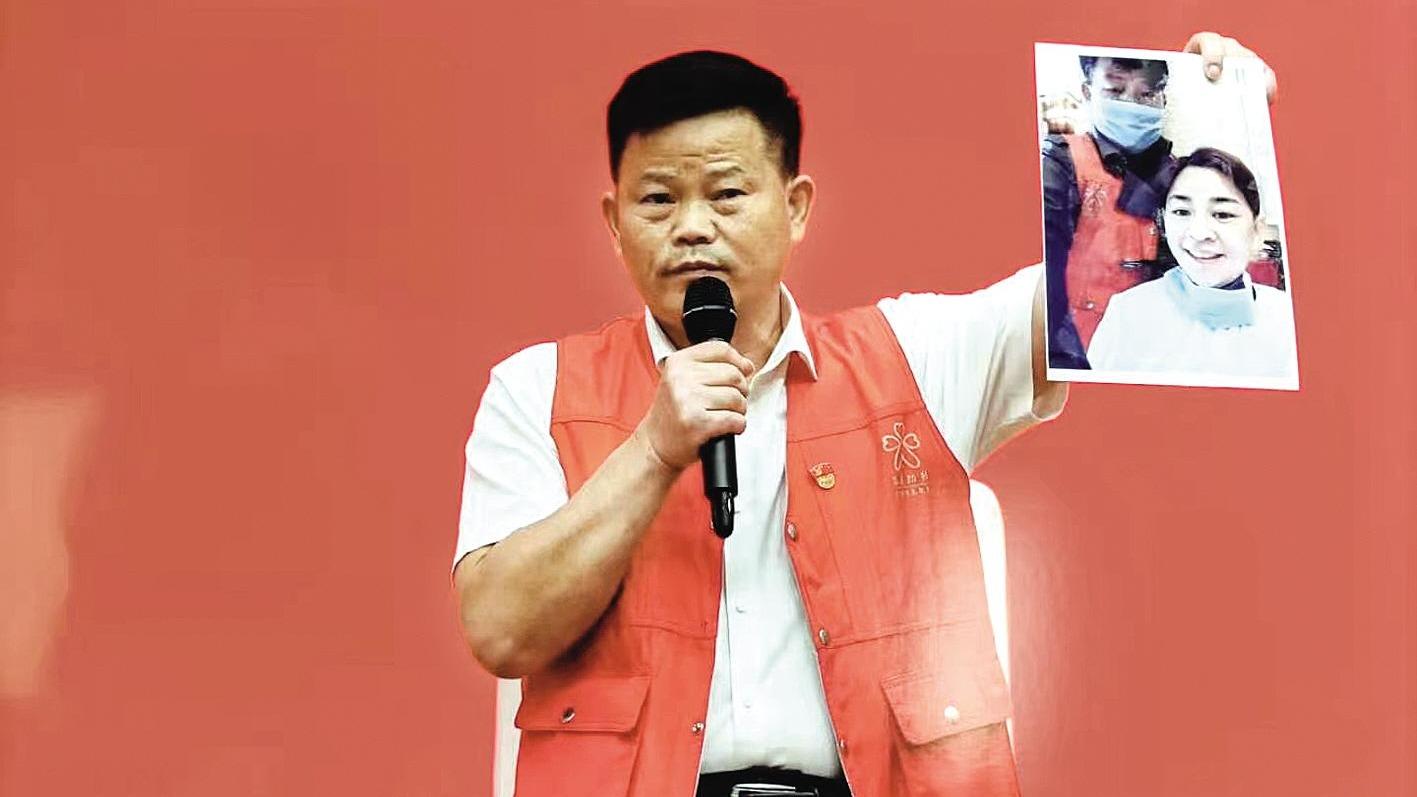武汉残疾人理发师宋忠桥亮相中宣部中外记者见面会