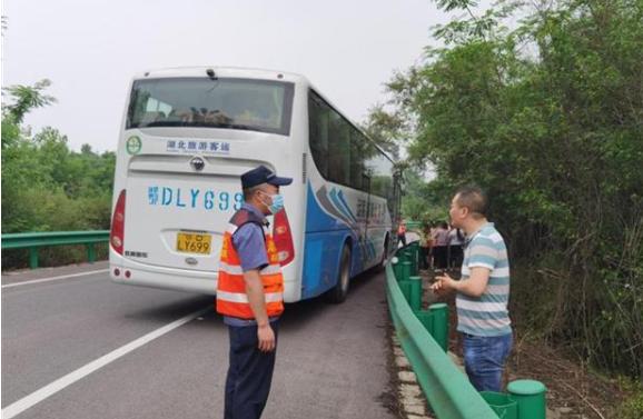 42名师生研学途中受困 湖北高速路政快速救援