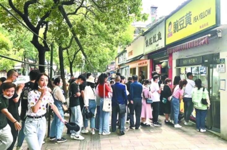 小龙虾成吨卖 网红店排长龙 武汉假期真美味