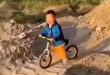 爸爸怂恿儿子骑车冲坡摔一嘴泥