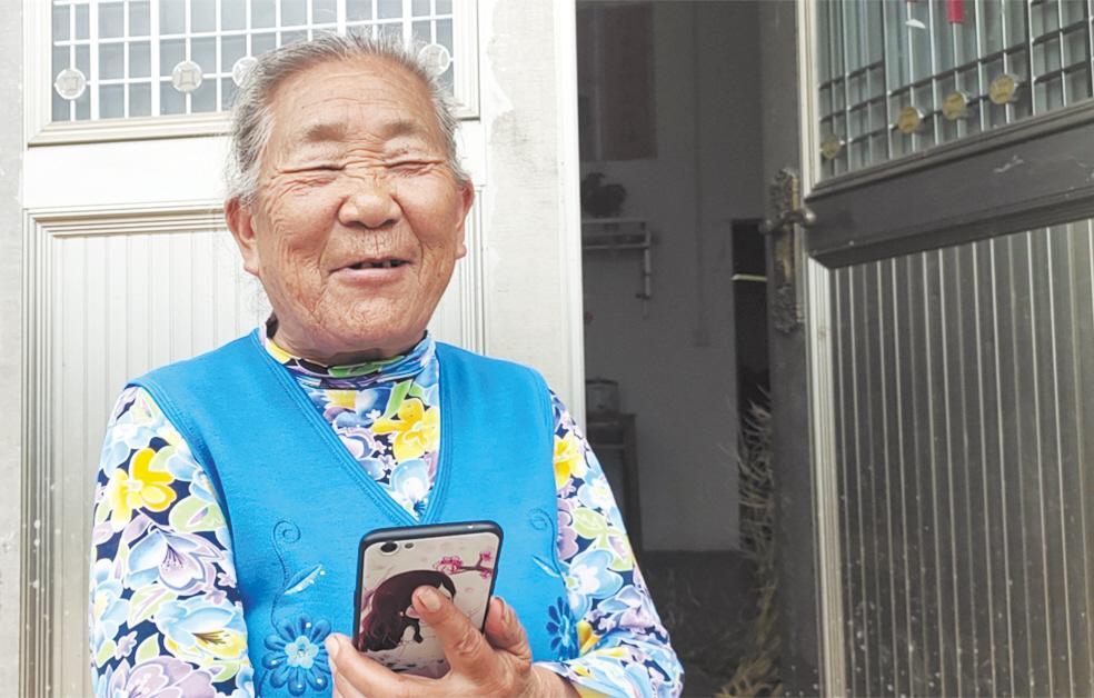 母亲与失散34年女儿视频里团圆