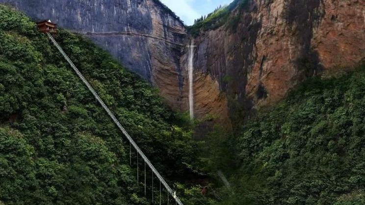世界最长斜行电梯在恩施建成