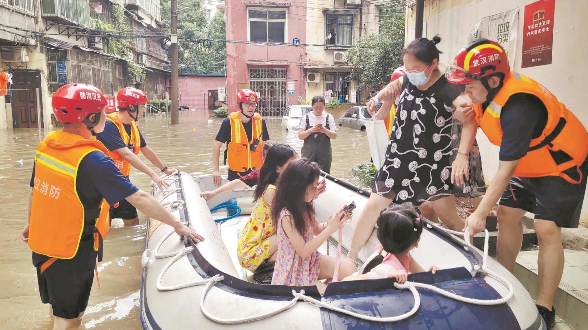 武漢消防轉移被困群眾上百人