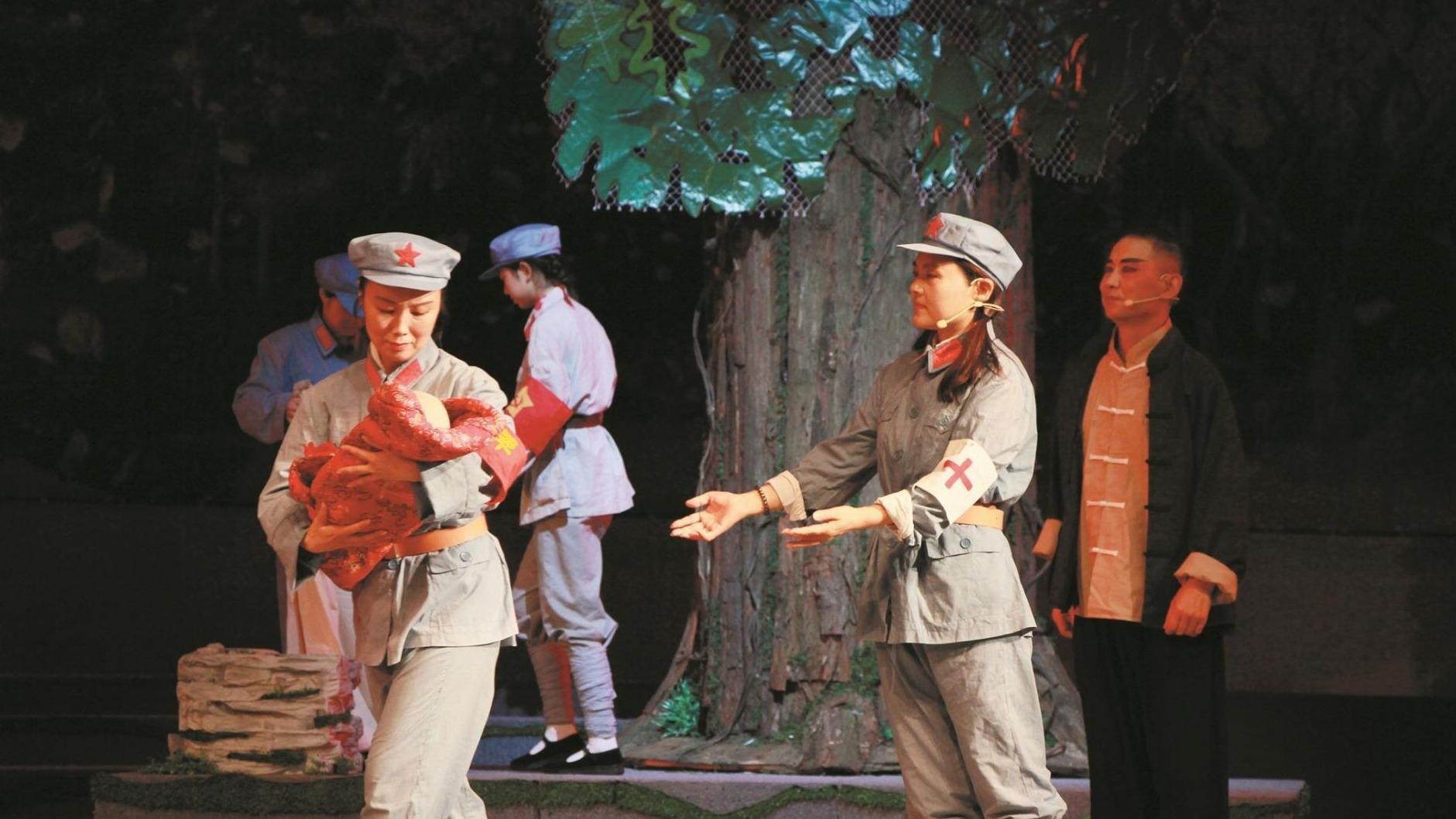 大型原創紅色題材漢劇 《紅軍樹下》在荊州首演