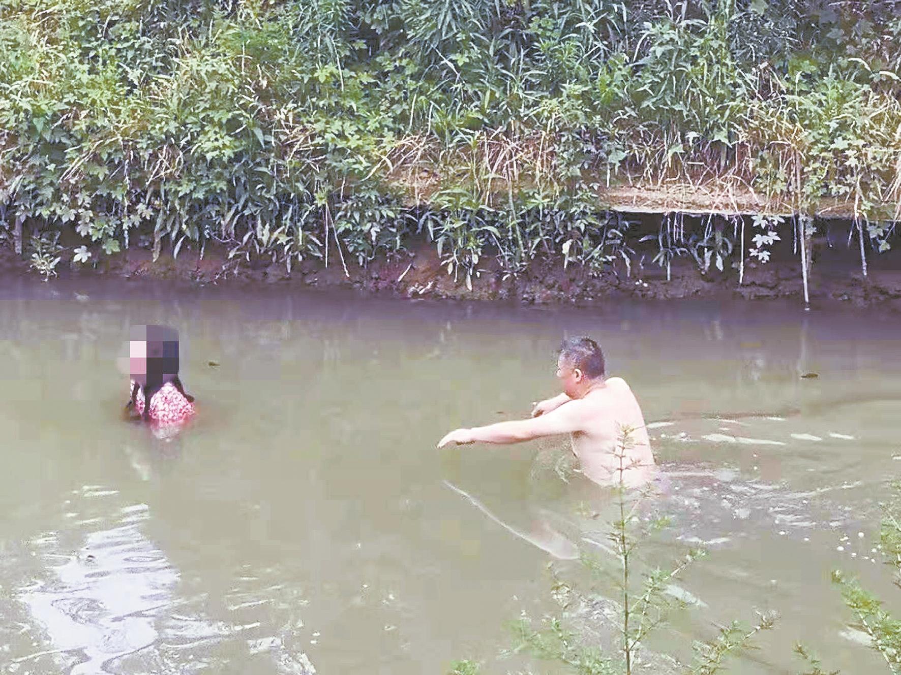 民警縱身跳入污水救起輕生女