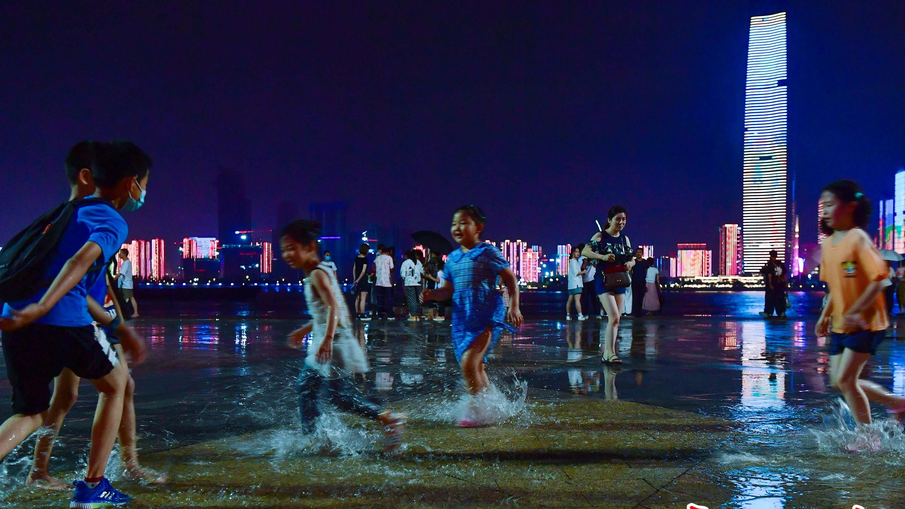 走,去江滩散步乘凉