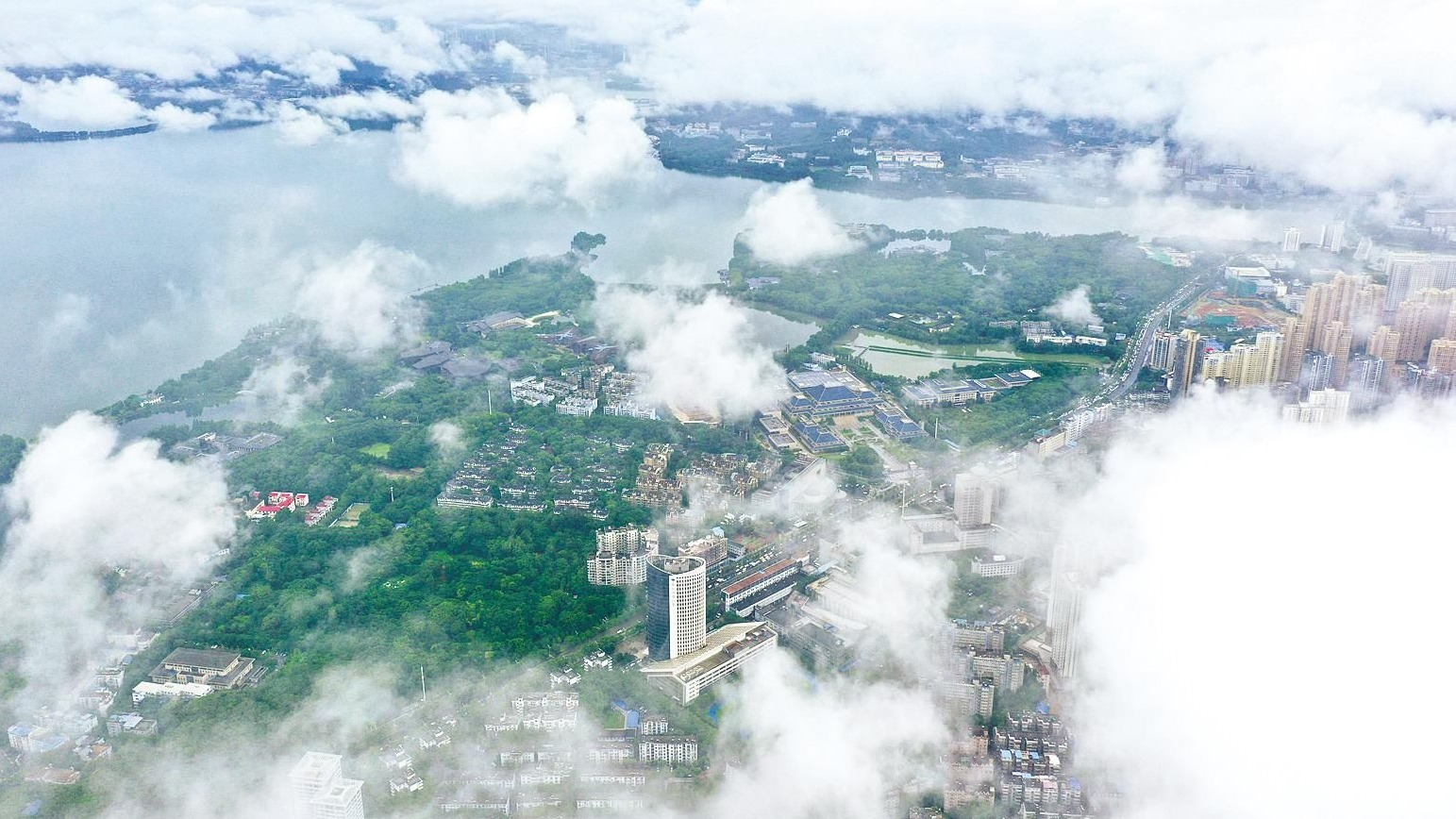 暴雨后,江城云海如仙境