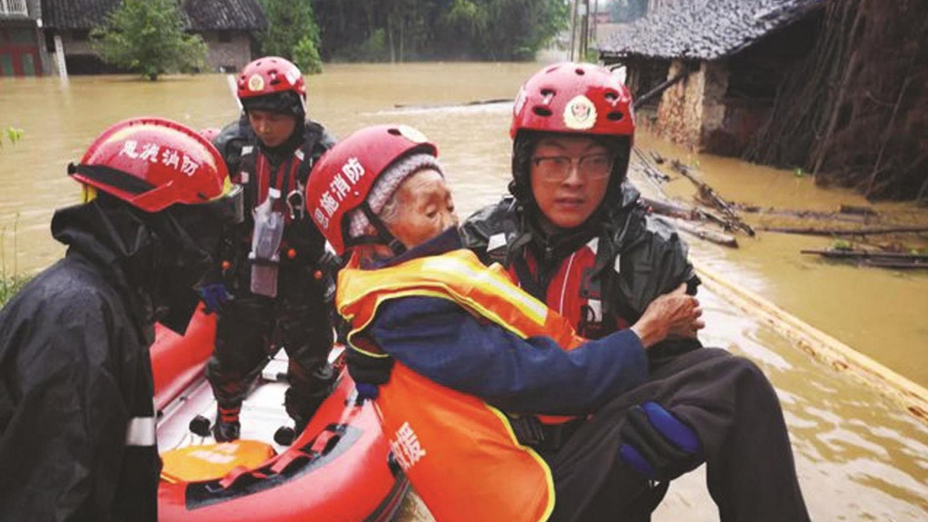 特大暴雨袭击利川 消防员洪水中抱出九旬太婆