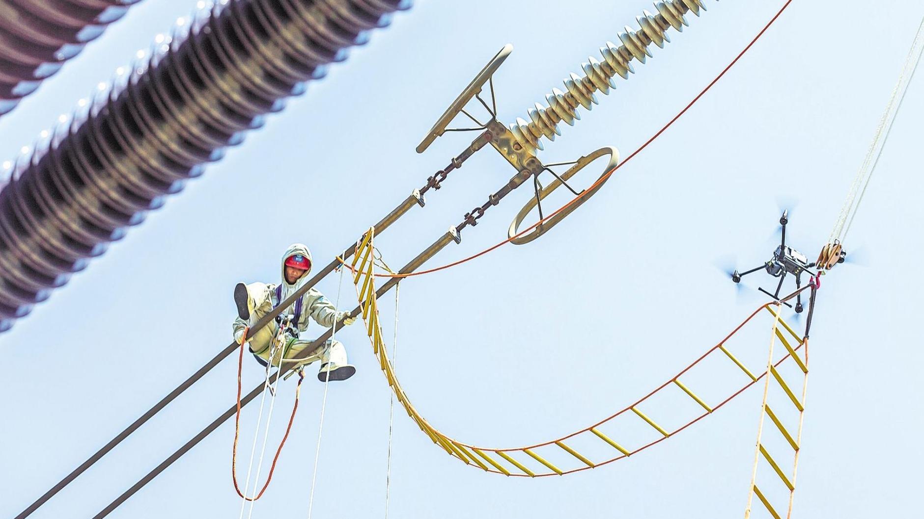 26米空中,無人機遞上安全繩