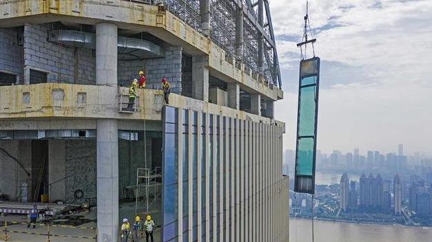 300米高空安装玻璃幕墙