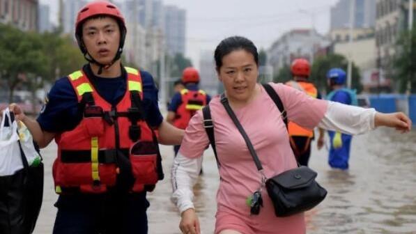 金沙贵宾会员线路检测中心志愿者筹集40多吨救灾物资驰援,长江救援队转战河南鹤壁