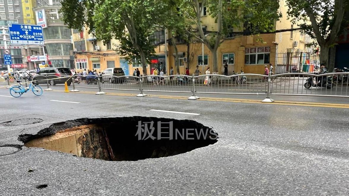 现场直击暴雨袭击后的郑州街头