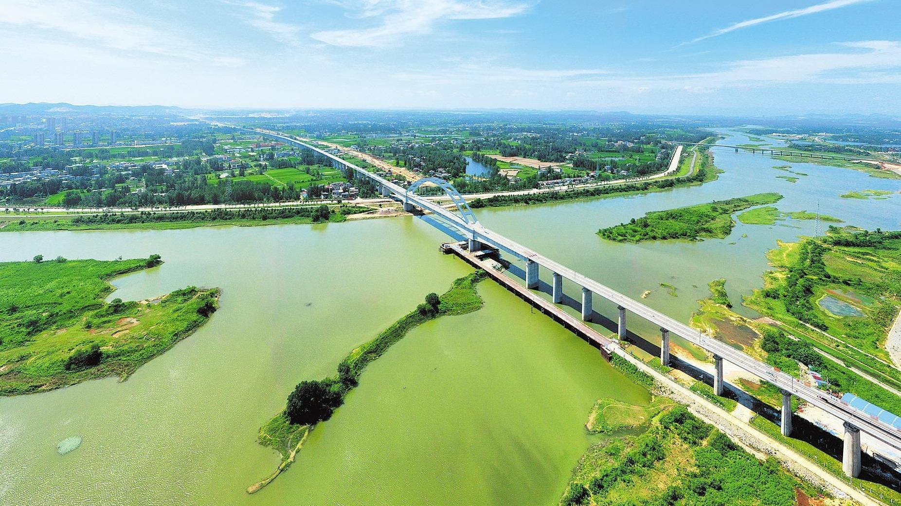黄黄高铁蕲河特大桥开始铺设轨道