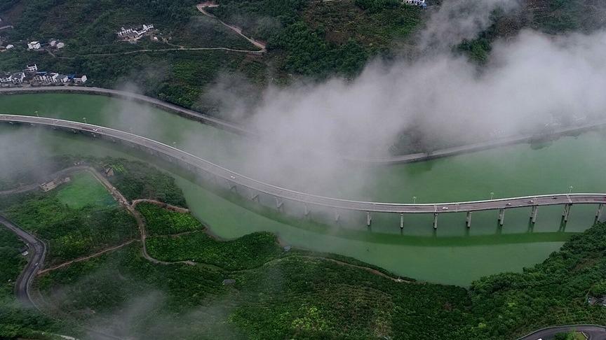 美出天際!穿梭在云霧中的興山最美水上公路