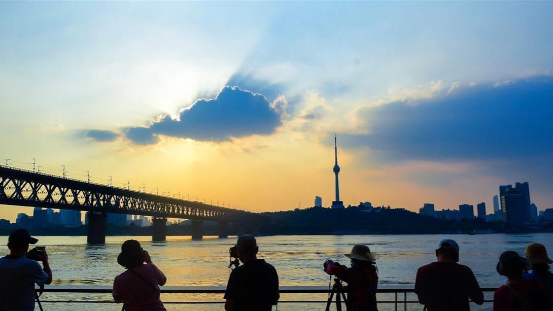他們用鏡頭記錄江城最美黃昏