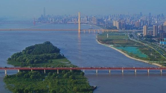 碧空万里江上桥