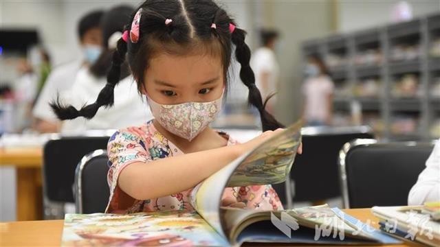 看書納涼兩不誤 湖北省圖書館暑期人氣爆棚