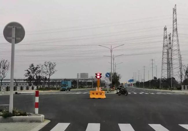 棗陽駕考中心某交通路口設置移動紅綠燈