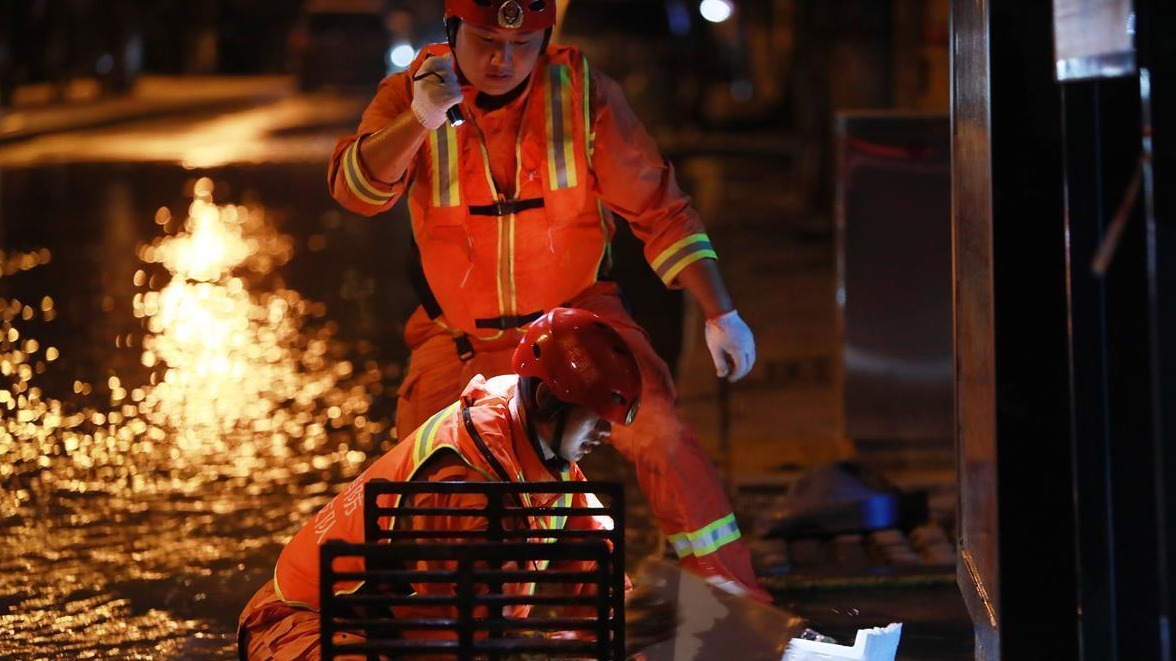 湖北消防员挑灯作战不停歇