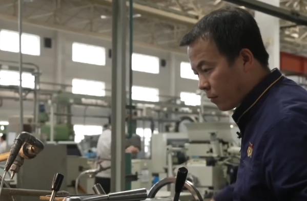 工匠手工打造神舟十二號的火箭零件